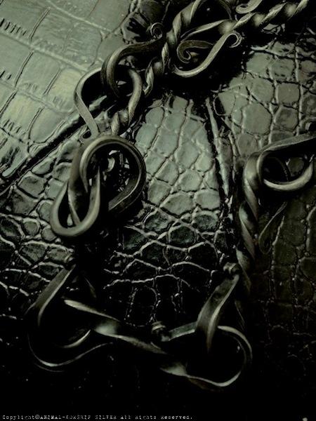 黒いコーティングがされたロートアイアンはアンティークな雰囲気が漂います。