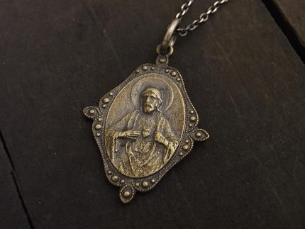 裏にはキリストの繊細な彫刻がされたリバーシブルデザインです。