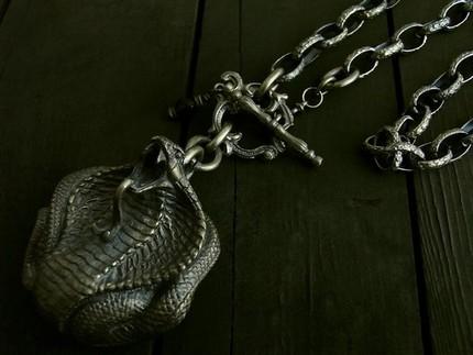 コブラの造形に合わせてチェーンもウロコ模様入りで威厳のあるボスキャラネックレスに!w