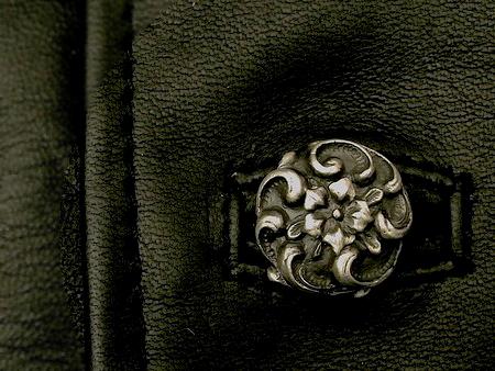 繊細な彫刻が施されたSILVER製ボタンを贅沢に使用