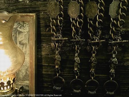 繊細なシスターが祈りを捧げ大切な鍵を守ります