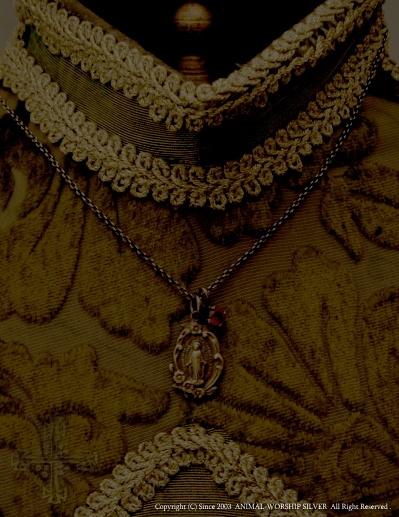 フラワーの装飾が上品なアンティークの不思議のメダイをモチーフにした真鍮(ブラス)製ネックレスです。シルバーチェーン付き。