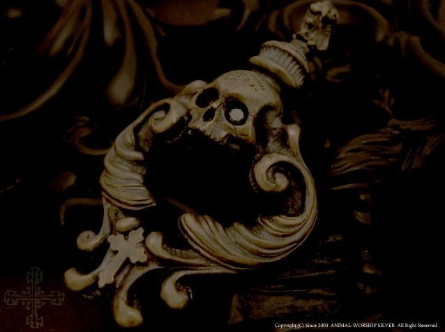 西洋アンティークで良く見られる『ロココ調』をイメージした彫刻が施された、真鍮(ブラス)製スカルペンダントです。
