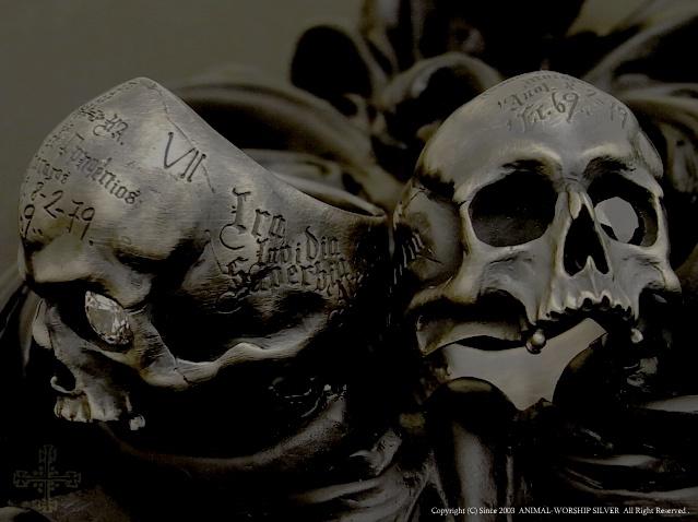 リアルで意味深な彫刻が施されたスカルでアンティークテイストが漂うデザイン。サイドには『七つの大罪』裏には『聖母マリア』『プレイングハンド』『悪魔祓い』の彫刻が施されています。お守り的要素を持ったスカルリングです。